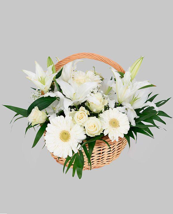 1e8725ba3f3 Καλάθι με διάφορα άνθη λευκά με μπλε ύφασμα
