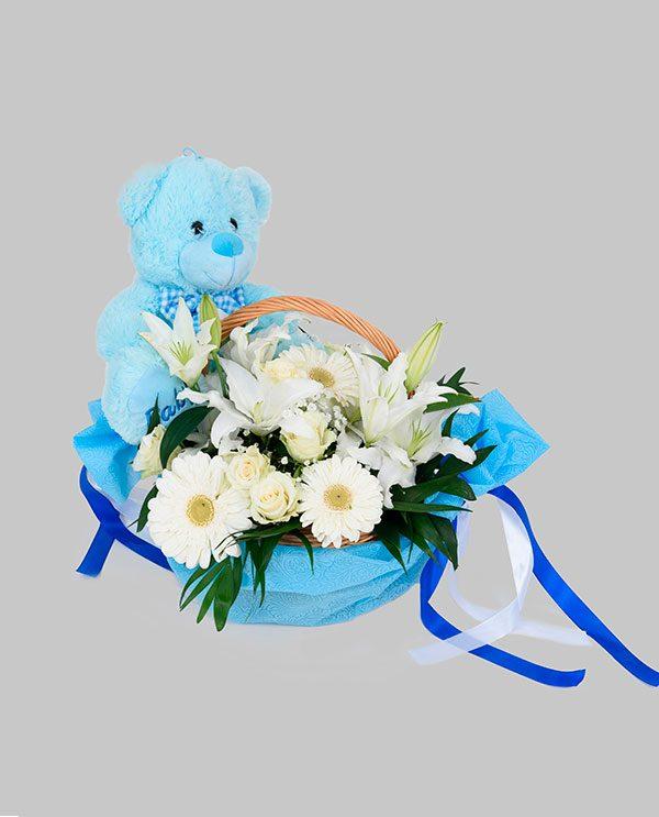 498c3ffc8a1 Καλάθι με διάφορα άνθη λευκά με μπλε ύφασμα και αρκουδάκι