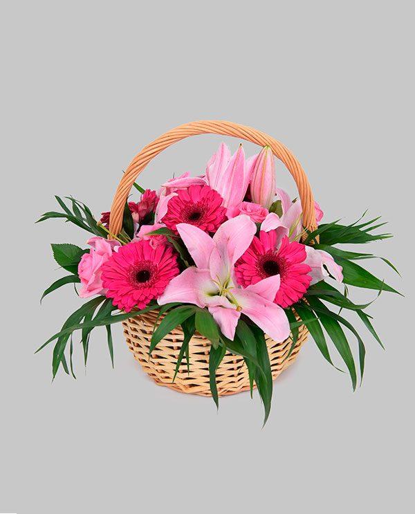 59b09e7bd4d Καλάθι με διάφορα άνθη σε ροζ χρωματισμούς
